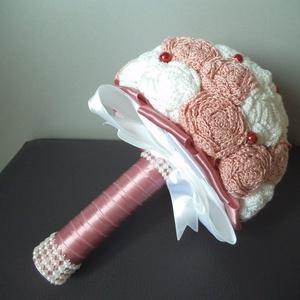 Mályva-fehér örökcsokor, Dekoráció, Otthon & lakás, Csokor, Esküvő, Esküvői csokor, Horgolás, Virágkötés, A képen látható mályva-fehér örökcsokor horgolt virágokból készült. Átmérője:18 cm.\nA fehér és mályv..., Meska