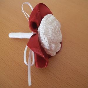 Vőlegény kitűző, Kitűző, Kiegészítők, Esküvő, Horgolás, A fehér horgolt rózsás vőlegénykitűzőt\nbordó szaténból készült palásttal díszítettem.\nHossza:8 cm...., Meska
