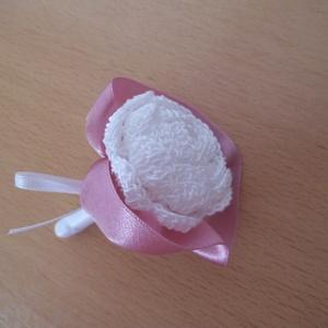 Vőlegény, tanu kitűző, Esküvő, Férfiaknak, Esküvői csokor, Vőlegényes, Ez a kitűző fehér horgolt rózsából készült, mályva vagy pasztell rózsaszín szalaggal díszítve. Hossz..., Meska