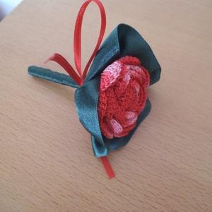 Vőlegény, tanu kitűző, Otthon & lakás, Esküvő, Dekoráció, Esküvői csokor, Egyéni, piros színátmenetes cérnából készült horgolt rózsás kitűző, melyet mélyzöld palást díszít. A..., Meska