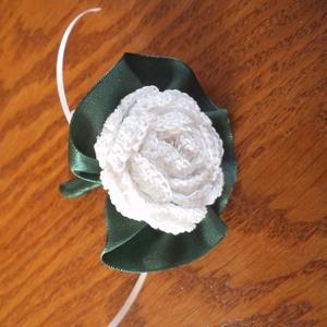 Vőlegény vagy tanu kitűző, Esküvő, Férfiaknak, Vőlegényes, Esküvői dekoráció, Fehér, horgolt rózsás vőlegény-, ill. tanu kitűző, sötétzöld szaténszalaggal dekorálva. Hossz.: 8 cm..., Meska