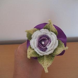 Vőlegény kitűző, Esküvő, Esküvői csokor, Férfiaknak, Vőlegényes, Horgolás, Fehér-lila színkombinációval készül ez az egyedi horgolt rózsás vőlegény kitűző , melyet egy Swarovs..., Meska