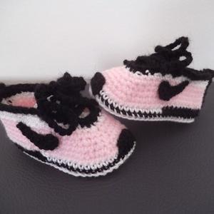"""Horgolt kislány baba cipő talphossz: 10 cm 3-6 hóig, Gyerek & játék, Táska, Divat & Szépség, Gyerekruha, Ruha, divat, Baba (0-1év), Horgolás, Kézzel horgolt, puha kislány magasszárú, fűzős  babacipő \""""Nike\"""" stílusban acryl fonalból, 3-6 hónapo..., Meska"""