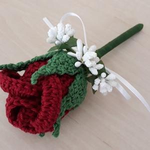 Vőlegény-, tanu kitűző, Esküvő, Férfiaknak, Esküvői csokor, Esküvői dekoráció, Vőlegényes, Horgolt technikával készült bordó rózsa, fehér apró virágokkal és hófehér masnival dekorálva...., Meska