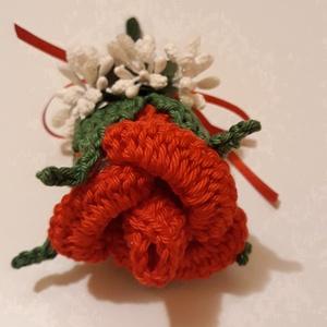 Vőlegény-, tanu kitűző, Esküvő, Kiegészítők, Kitűző, Horgolás, Horgolt piros rózsa kitűző, apró fehér virágokkal dekorálva, piros masnival díszítve., Meska