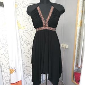 Kis fekete ruha, Táska, Divat & Szépség, Női ruha, Ruha, divat, Ruha, Estélyi ruha, Varrás, Eladó egy dzsörzéből készített fekete, asszimetrikus ruha. Csillogós bronz szalag díszitéssel. 38-42..., Meska