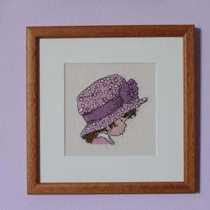 Rózsaszín mintás kalapos kislány keresztszemes kép, Gyerek & játék, Gyerekszoba, Baba falikép, Otthon & lakás, Dekoráció, Kép, Lakberendezés, Falikép, Hímzés, A kép Sarah Kay rajza alapján készült világos bézs színű aida kongréra, DMC fonallal hímezve.\nA képe..., Meska