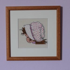Rózsaszín pöttyös sapkás kislány keresztszemes kép, Gyerek & játék, Gyerekszoba, Baba falikép, Otthon & lakás, Dekoráció, Kép, Lakberendezés, Falikép, Hímzés, A kép Sarah Kay rajza alapján készült világos bézs színű aida kongréra, DMC fonallal hímezve.\nA képe..., Meska