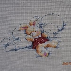 Alvó bébi nyuszikával - keresztszemes kép , Gyerek & játék, Gyerekszoba, Baba falikép, Hímzés, A kép 23x15 cm. Bekeretezve elsősorban faliképnek ajánlom baba szobába, de kitűnő, egyedi ajándék le..., Meska
