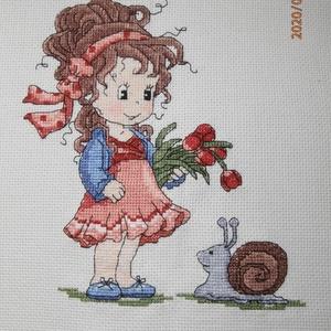 Kislány piros tulipánnal és csigával - keresztszemes kép, Gyerek & játék, Gyerekszoba, Baba falikép, Hímzés, Ez a nagyon kedves kislány a piros tulipánnal és csigával bekeretezve vidám dísze lehet egy leányszo..., Meska