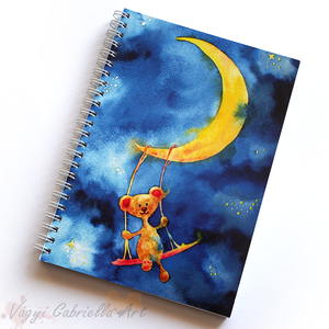 Holdon hintázó maci spirálfüzet - vonalas füzet, Naptár, képeslap, album, Otthon & lakás, Jegyzetfüzet, napló, Festett tárgyak, A füzet borítója egy festményem másolata. Az eredeti akvarellfestmény saját szellemi termékem.\nA füz..., Meska