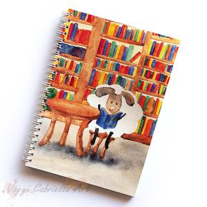 Füzet - Bárányok a könyvtárban spirálfüzet - vonalas füzet, Naptár, képeslap, album, Otthon & lakás, Egyéb, Ballagás, Ünnepi dekoráció, Dekoráció, Festett tárgyak, A füzet borítója egy festményem másolata. Az eredeti akvarellfestmény saját szellemi termékem.\nA füz..., Meska
