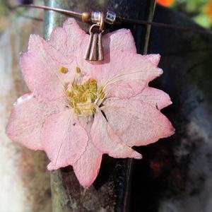 Rózsaszín kerti szarkaláb, Ékszer, Ékszerkészítés, \nA virágot szárítás és préselés után egy speciális lakkal vonom be, amitől tartóssá válik és nem les..., Meska