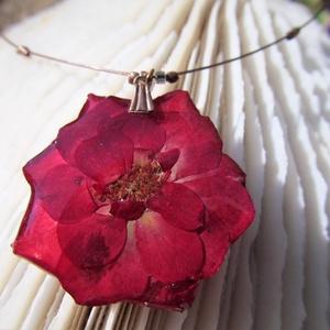 Bordó mini rózsa, Ékszer, Nyaklánc, Ékszerkészítés, \nA virágot szárítás és préselés után egy speciális lakkal vonom be, amitől tartóssá válik és nem les..., Meska