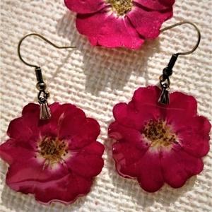 Mini rózsa fülbevaló, Ékszer, Fülbevaló, Ékszerkészítés, Valódi virág, speciális lakkal bevonva mindkét oldalon.\nA lakk erős, ezért nem kell félni, nem törék..., Meska