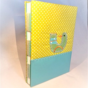 Madaras kiskönyv, kézműves könyvkötéssel, Otthon & lakás, Naptár, képeslap, album, Jegyzetfüzet, napló, Patchwork, foltvarrás, Könyvkötés, Vidám, kedves, praktikus.\nA6-os méretű kiskönyv, 48 sima, törtfehér lappal. A könyvecske borítója te..., Meska
