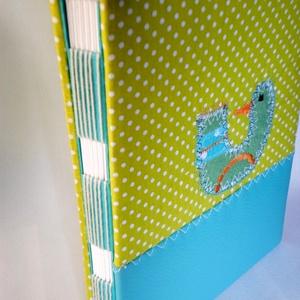 Madaras könyv, A5-ös, kézműves könyvkötéssel, almazöld-türkiz, Művészet, Más művészeti ág, Patchwork, foltvarrás, Könyvkötés, Vidám, kedves, praktikus.\nA5-ös méretű könyv, 48 sima, törtfehér lappal. A könyvecske borítója texti..., Meska