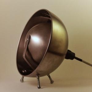 Szatelit asztali lámpa, Lakberendezés, Otthon & lakás, Lámpa, Asztali lámpa, Hangulatlámpa, Fémmegmunkálás, Asztali lámpa salátás tálakból.\n\nFelhasznált anyagok:\n-salátás tál\n-textilkábel\n-rozsdamentes lemez\n..., Meska