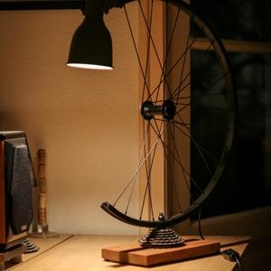 Íróasztali lámpa kerékpár alkatrészekből, Asztali lámpa, Lámpa, Otthon & Lakás, Fémmegmunkálás, Famegmunkálás, Asztali lámpa használt kerékpáralkatrészekből.\n\nFelhasznált anyagok:\n-kerék\n-fogaskoszorú\n-tengely\n\n..., Meska