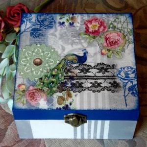 Pávás doboz ékszernek, teának....., Ékszerdoboz, Ékszertartó, Ékszer, Decoupage, transzfer és szalvétatechnika, 4 rekeszes doboz, a tetején egy gyönyörű pávás  képpel. A páva farkát csillogó színes kövekkel díszí..., Meska