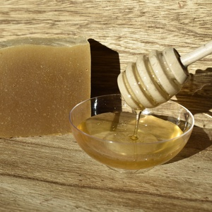 Mézes kecsketej szappan, Szépségápolás, Szappan & Fürdés, Szappan, Szappankészítés, Az olíva olaj segít megvédeni a bőr szöveteit a káros szabad gyököktől, miközben mélyen hidratáló tu..., Meska