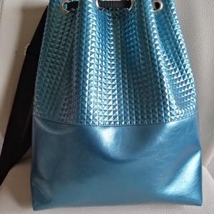 Petrolkék táska, Vállon átvethető táska, Kézitáska & válltáska, Táska & Tok, Varrás, Különleges szegecses hatású textilbőrből készült táska.\nFiatalos divatos viselet.\nA táska belsejében..., Meska