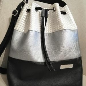 Gyöngyházas táska, Vállon átvethető táska, Kézitáska & válltáska, Táska & Tok, Varrás, Különleges szegecses hatású textilbőrből készült táska.\nFiatalos divatos viselet.\nA táska belsejében..., Meska