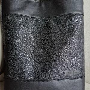 Fekete crossbody táska , Vállon átvethető táska, Kézitáska & válltáska, Táska & Tok, Varrás, Textilbőrböl készült oldal vagy válltáskaként is hordható.\n32x36cm pántja 145cm ami könnyen állíthat..., Meska