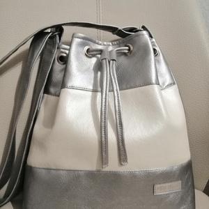 Ezüst fehér táska , Vállon átvethető táska, Kézitáska & válltáska, Táska & Tok, Varrás, 2 felé képpen hordható ezüst és gyöngy házas fehér textilbőlböl készült ez a csodálatos táska. \nAmi ..., Meska