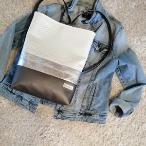 Ezüst hátitáska, Táska & Tok, Hátizsák, Hátizsák, Varrás, Ezüst különböző árnyalatai kombináltam gyöngy házas fehér textilbőrrel. Belsejében egy zseb találhat..., Meska