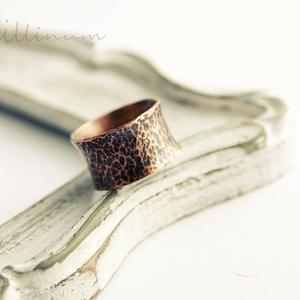 rusztikus vörösréz csőgyűrű, Ékszer, Gyűrű, Ékszerkészítés, Fémmegmunkálás, kalapált textúrájú rusztikus, széles, unisex,  vörösréz csőgyűrű, kissé homorú kialakítással.\n11-12m..., Meska