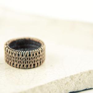 kötött mintás unisex vörösréz gyűrű, Kerek gyűrű, Gyűrű, Ékszer, Ékszerkészítés, Fémmegmunkálás, aprólékos munkával, kötött mintát idéző hurkolással készült unisex vörösréz karika gyűrű.\nantikolt.\n..., Meska