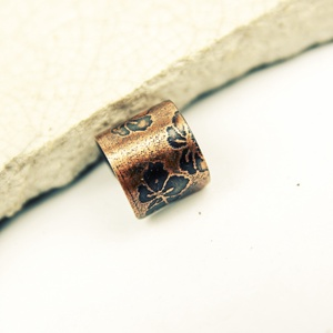 sakura - maratott vörösréz fülgyűrű, Ékszer, Fülbevaló, Ékszerkészítés, Fémmegmunkálás, cseresznyevirágos, maratott  vörösréz lemezből készült fülgyűrű\nszélessége 1cm\nantikolt\n\n..., Meska
