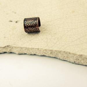 páfrány - maratott vörösréz fülgyűrű, Ékszer, Fülbevaló, Fülgyűrű, Ékszerkészítés, Fémmegmunkálás, páfrány mintás, hengerelt  vörösréz lemezből készült fülgyűrű\nszélessége 1cm\nantikolt\n\n..., Meska