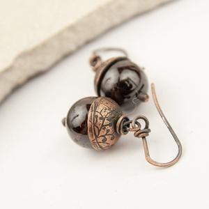 gránát - vörösréz fülbevaló, Ékszer, Fülbevaló, Lógós fülbevaló, Ékszerkészítés, Ötvös, 13mm-es borvörös gránát golyóból készült vörösréz fülbevaló, maratott mintás gyöngykupakkal.\n\na fülb..., Meska
