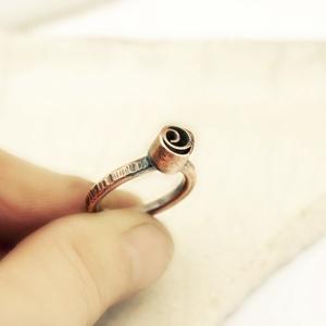 Rózi- vörösréz gyűrű, Ékszer, Gyűrű, Statement gyűrű, Ékszerkészítés, Ötvös, stilizált rózsa gyűrű nem szokványos formában vörösrézből..\nbelső átmérő: 17mm, Meska