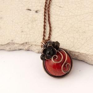 Kármen virággombóc - vörösréz medál, nyaklánc, Ékszer, Nyaklánc, Bogyós nyaklánc, Ékszerkészítés, Ötvös,  1,4cm-es vörös szivacskorall golyóból  készült medál fekete ónix és turmalin kövekkel díszítve\nmére..., Meska