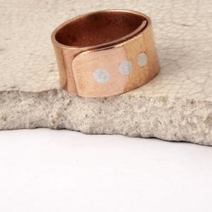 Három kívánság - vörösréz gyűrű, Ékszer, Gyűrű, Ékszerkészítés, Ötvös, vörösrézből készült 1cm széles szegecselt gyűrű, három ezüst színű síkba csiszolt aluminium szegeccs..., Meska