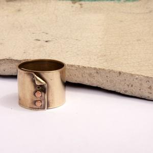 Gombolat - szegecselt sárgaréz gyűrű, Ékszer, Gyűrű, Statement gyűrű, Ékszerkészítés, Ötvös, 16mm széles sárgaréz gyűrű, begombolt kabátra hasonlító szegecselésel... a gomb- szegecs vörösrézből..., Meska