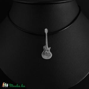Gibson Les Paul medál, Medál, Nyaklánc, Ékszer, Ékszerkészítés, Ötvös, Egy barátom sörözgetés közben ezt mondta: jók ezek a hangszer-medálok, csak az a baj, hogy rettenete..., Meska