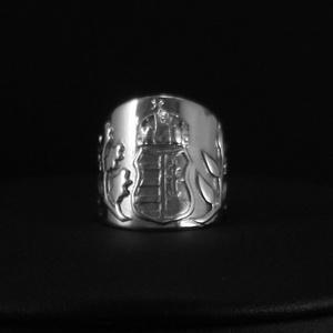 Címer gyűrű, Ékszer, Gyűrű, Egyéb, Vallási tárgyak, Ötvös, Ékszerkészítés, Címer gyűrű jellemzői:\n\nAnyaga: 925 ezrelékes finomságú ezüst.\nSzélessége: 20 mm\nMagassága: 22 mm\nMé..., Meska