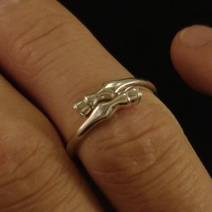 Lovas gyűrű ezüstből, Ékszer, Gyűrű, Figurális gyűrű, Ötvös, Ékszerkészítés, Lovassportok kedvelőinek szeretettel!\n\nAnyaga: 925 ezrelékes finomságú ezüst.\nSzélessége: 6,5 mm\nMag..., Meska