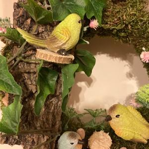 Mohás madárkás kopogtató, Otthon & Lakás, Dekoráció, Ajtódísz & Kopogtató, Virágkötés, Nyugalmat árasztó, harmonikus életkép kopogtató 25 cm átmérőjű mohaalapon, igazi fakérgen kúszó műbo..., Meska