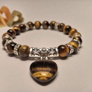 Gondűző női karkötő szív alakú medállal, Ékszer, Karkötő, Gyöngyös karkötő, Gyöngyfűzés, gyöngyhímzés, Elegáns női karkötő tigrisszemmel, ezüst foglalatú kristály köztesekkel, ezüst színű fém tibeti közt..., Meska