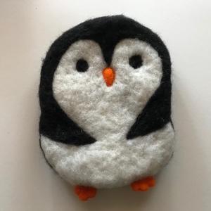 Pingvin - nemezelt párna, Gyerek & játék, Gyerekszoba, Dekoráció, Otthon & lakás, Játék, Nemezelés, Puha nemezgyapjúból tűnemezeléssel készített párna, gyerekjáték.\nGyerekjátéknak, alvókának, kabalána..., Meska