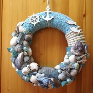 Tengerparti hangulatot idéző kék-fehér kagylós, gyöngyös koszorú, Koszorú, Dekoráció, Otthon & Lakás, Virágkötés, Kék kötött anyaggal vontam be a 25 cm-es szalma koszorút amin ízlésessen elhelyezett kagylók, csigák..., Meska
