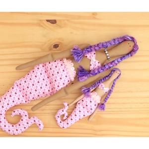 Sellő baba rózsaszín, nyaklánc, flitter, pompom, gyöngyök (Varrazslat) - Meska.hu