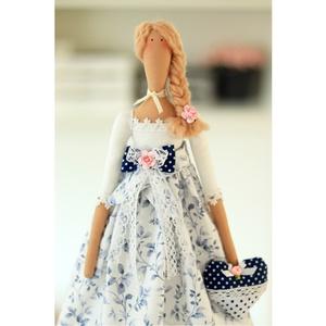 Tilda Shabby Chic baba kezében ajándék szívvel, csipkékkel, magadnak, vagy ajándékba bármilyen eseményre, Játék, Gyerek & játék, Baba játék, Készségfejlesztő játék, Baba-és bábkészítés, Varrás, Gyönyörű Tilda baba fehér-kék designer pamutvászon ruhában, sok-sok csipkével, shabby chic stílusban..., Meska