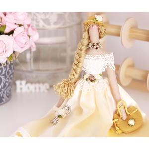 Tilda angyal ajándék filc táskával, filc kalapban, széles csipkedíszekkel, gyöngy nyakláncban, kulccsal a kezében, Gyerek & játék, Gyerekszoba, Baba falikép, Otthon & lakás, Játék, Baba játék, Baba-és bábkészítés, Varrás, Romantikus Tilda baba gyönyörű arany színű nehézselyem ruhában, filc táskával, fém kulccsal a kezébe..., Meska