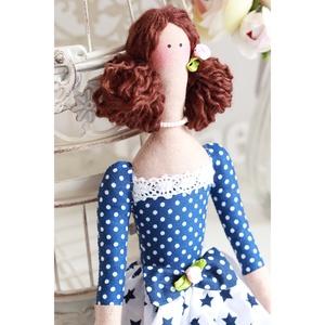 Tilda baba kék-fehér mintavariációban, ajándék párnácskával. Romantikus dizájn csipke díszítésekkel, szaténrózsákkal, Gyerek & játék, Játék, Otthon & lakás, Dekoráció, Plüssállat, rongyjáték, Baba játék, Ünnepi dekoráció, Ballagás, Baba-és bábkészítés, Varrás, Fiatalos romantikus baba kék-fehér színvariációban ajándék párnával. Csipkével, masnikkal, kedves fe..., Meska